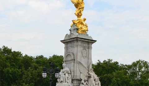 Buckingham-Palace-Queen-Victoria-Statue