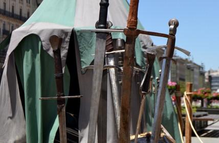 Săbii medievale și cort de fierărie