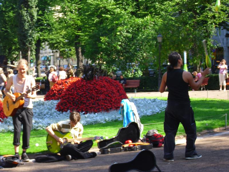 Cântăreți stradali într-un parc din Helsinki