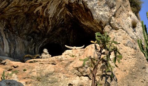 relicvele-de-la-intrarea-pesterii-din-gradina-exotiva-monaco